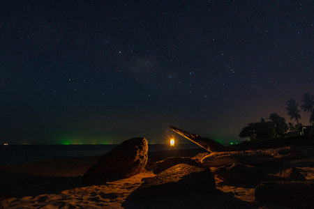 Photo pour Lanterns on the beach in the dark night with star. - image libre de droit