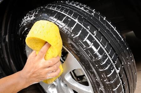Photo pour washing car wheel and tire - image libre de droit