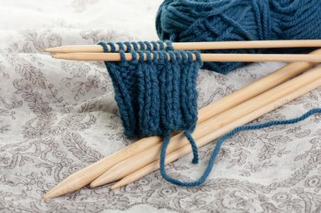 Foto de knitting wool and knitting needles, knitting equipment - Imagen libre de derechos