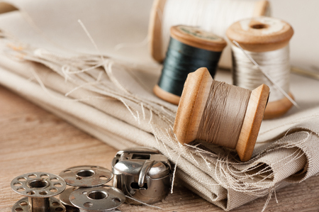 Foto de closeup thread for sewing and needlework, old reel of thread - Imagen libre de derechos