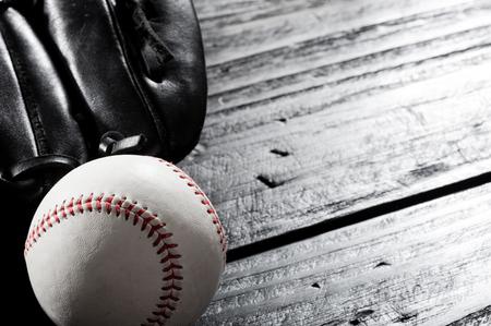 Foto de closeup baseball glove and baseball on wood board, dark theme, sport concept - Imagen libre de derechos