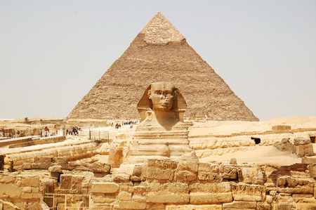Photo pour Spynx face on the Giza pyramid background, Cairo, Egypt - image libre de droit