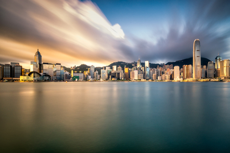 Foto de Hong Kong City skyline at sunrise. View from across Victoria Harbor Hongkong. - Imagen libre de derechos