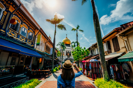 Foto de Young woman traveler traveling into The Masjid Sultan mosque located in Kampong Glam in Singapore city. - Imagen libre de derechos