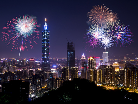 Photo pour Firework with cityscape nightlife view of Taipei. Taiwan city skyline at twilight time, public scene from view point. - image libre de droit
