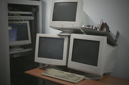 Foto de Blank screen computer monitors on the table in the server room. - Imagen libre de derechos