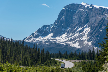 Photo pour Road trip with a great view of big mountain and blue sky in Alberta, Canada. - image libre de droit