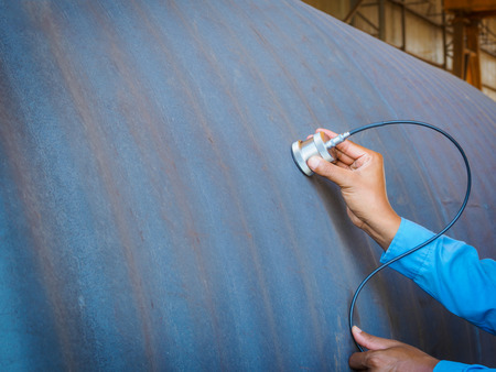 Foto de Inspector use ultrasonic testing machine for inspection defect in steel structure. - Imagen libre de derechos