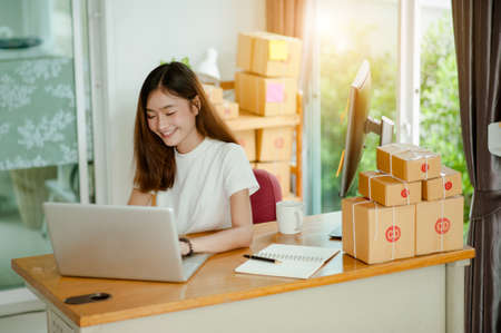 Foto de Business woman work at home for online shopping .online business concept - Imagen libre de derechos