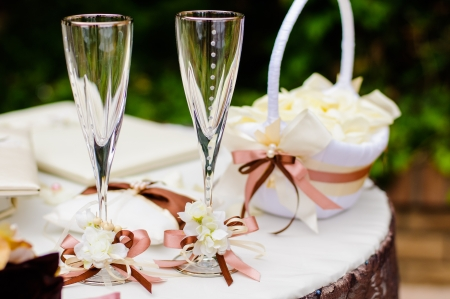 Photo pour Pair of wedding wineglasses on the table - image libre de droit