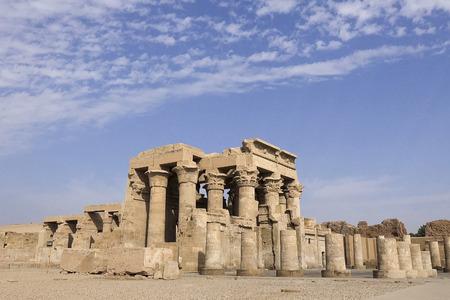 Foto de Buildings and columns of ancient Egyptian megaliths. Ancient ruins of Egyptian buildings - Imagen libre de derechos
