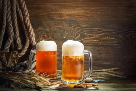 Foto de Glasses of fresh beer on a wooden table. - Imagen libre de derechos