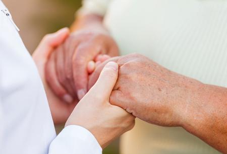 Foto de Giving helping hands for needy elderly people - Imagen libre de derechos