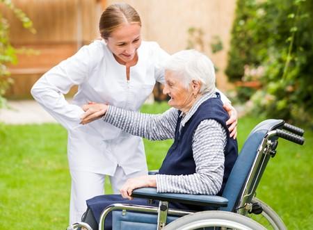 Foto de Photo of young carer helping the elderly woman - Imagen libre de derechos