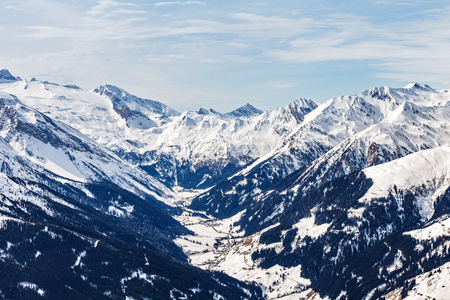 Photo pour Landscape photo of snowy mountains in Alps - image libre de droit