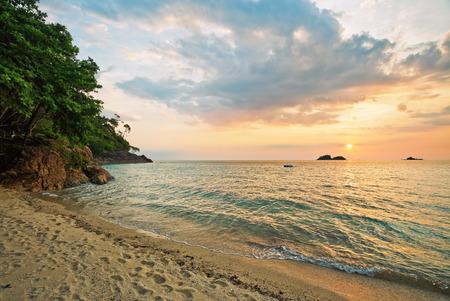 Photo pour Tropical beach at beautiful sunset. Nature background - image libre de droit
