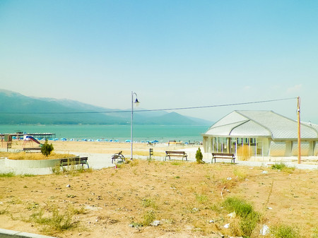 Photo pour Sandy beach of Prespa Lake, Macedonia. Tourism and nature concept. - image libre de droit