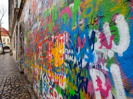 Foto de John Lennon tribute wall in a Prague street during winter - Imagen libre de derechos
