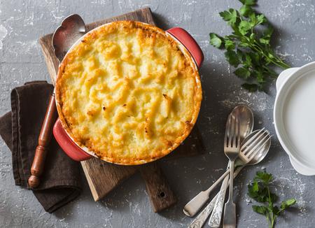 Foto de Vegetarian shepherd's pie. Potatoes, lentils and seasonal garden vegetables casserole. Autumn vegetarian lunch - Imagen libre de derechos