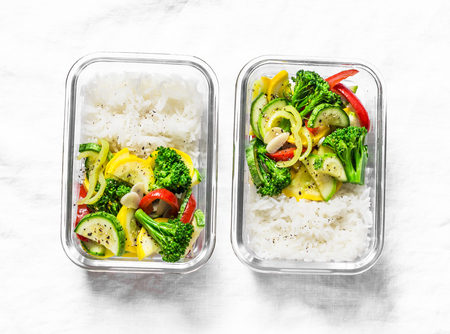 Photo pour Vegetarian lunch box - stewed vegetables and rice on a light background, top view. Health food concept - image libre de droit