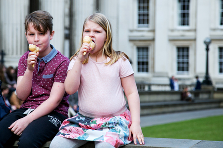 Photo pour UK, London - April 08, 2015: Children eat ice cream - image libre de droit