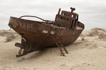 Foto de Aral sea shipwreck - Imagen libre de derechos