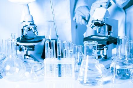 Foto de Two scientists in the chemical laboratory are doing experiments - Imagen libre de derechos