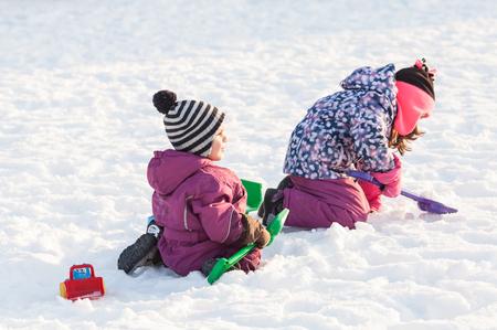Foto de Children play on the snow - Imagen libre de derechos