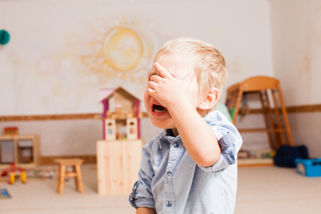 Photo pour little boy is crying - image libre de droit