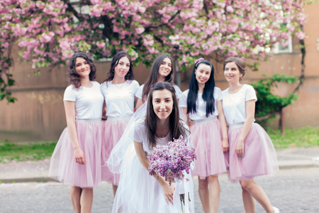 Foto de Bride-to-be holding flowers - Imagen libre de derechos