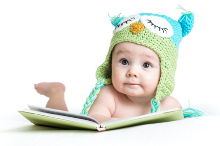 Photo pour baby in funny owl knitted  hat owl with book  on white background - image libre de droit