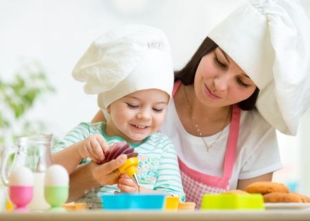 Foto de Mother and kid girl making cookies together - Imagen libre de derechos