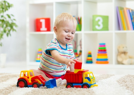 Foto de kid boy toddler playing toys at home - Imagen libre de derechos