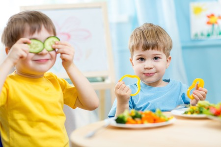 Photo pour kids eating healthy food in kindergarten or at home - image libre de droit