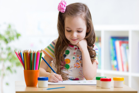 Photo pour Cute preschooler child girl drawing pencil at home - image libre de droit