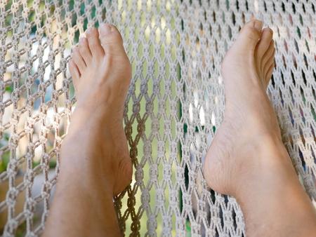 Photo pour A man's feet on a hammock - relaxation - image libre de droit