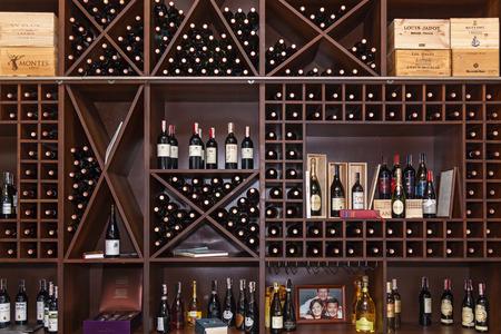 Foto für Ukraine Kiev January 25, 2018: The bottles of the vein are laid out on the shelves. Bottles of wine on the shelves. - Lizenzfreies Bild