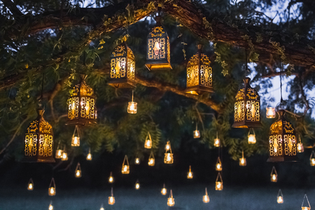 Foto de Night wedding ceremony with a lot of vintage lamps and candles on big tree - Imagen libre de derechos