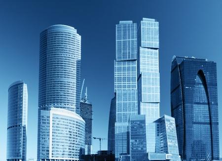Foto de modern skyscrapers and tall buildings of glass and metal - Imagen libre de derechos