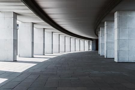 Foto de long corridor of a building with columns, monochrome background - Imagen libre de derechos