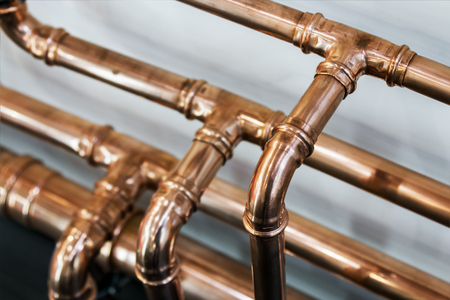 Foto de copper pipes and fittings for carrying out plumbing work. - Imagen libre de derechos