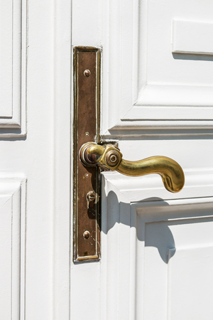 Photo pour vintage copper door handle on white door. Things for interior and decor - image libre de droit
