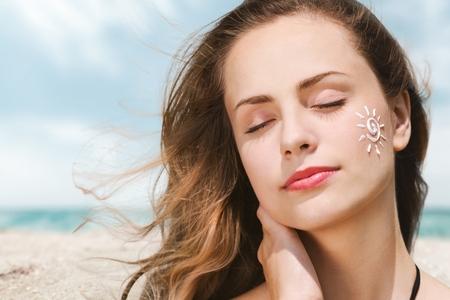 Foto per pretty lady wearing sunscreen - Immagine Royalty Free