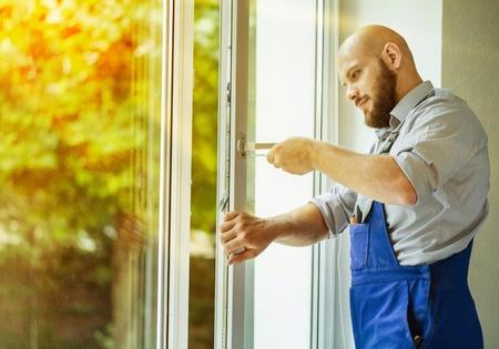 Photo pour Windows installation worker. - image libre de droit