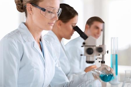 Foto de Scientists are working in a chemical lab. - Imagen libre de derechos