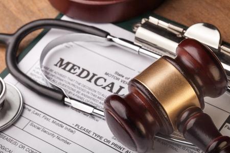 Photo pour Stethoscope and judgement hammer. - image libre de droit