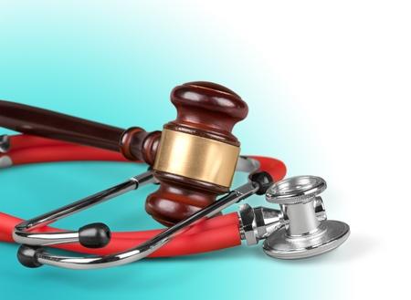 Foto de brown gavel and a medical stethoscope - Imagen libre de derechos