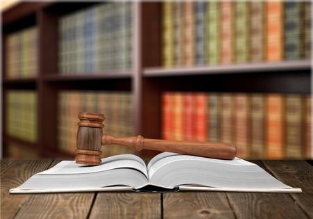 Foto de employment law books and a gavel on desk in the library. concept of legal education. - Imagen libre de derechos