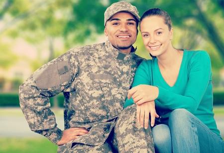 Photo pour Young Military Couple - image libre de droit