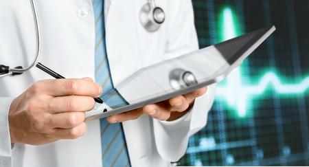 Foto de doctor holding touchscreen tablet - Imagen libre de derechos